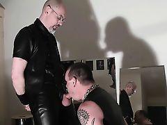 Esclavo usado por su macho