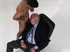 SEXO ORAL A MADURO DE BIGOTES