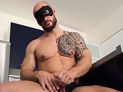 Tattooed muscle guy David Boss jacking it well until cumshot